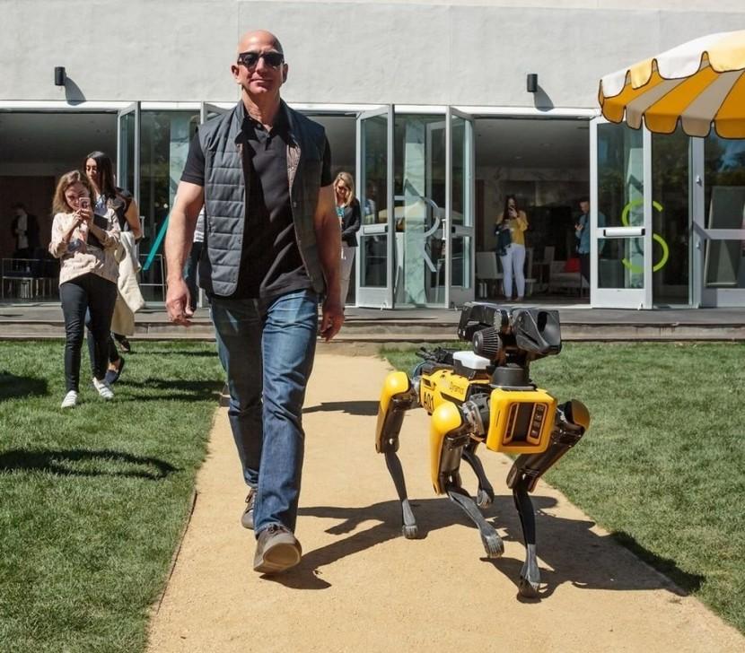 Джефф Безос з роботом собака