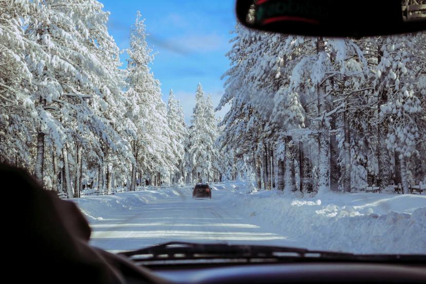 сітка на дорозі що тане сніг